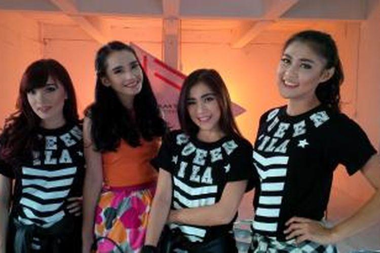 Personel girlband Cherrybelle yang kini terdiri Novi (kanan), Christy, dan Angel (paling kiri) diabadikan bersama dengan rapper Adila Fitri (mengenakan baju oranye), di Jalan Kelapaa Puyuh III, Kelapa Gading Timur, Jakarta Utara, Kamis (19/11/2015).