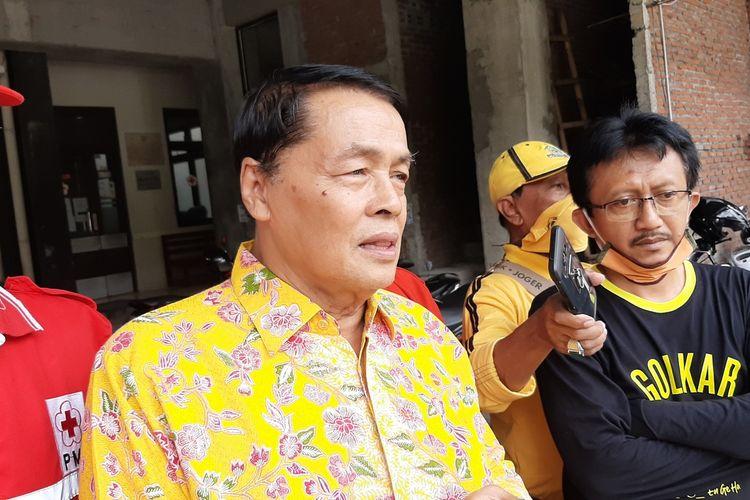 Wakil Ketua DPRD Gunungkidul dari Fraksi Golkar Heri Nugroho (baju hitam) dan Ketua DPD Golkar DIY Gandung Pardiman (Depan baju kuning) saat di PMI Gunungkidul Selasa (7/4/2020)