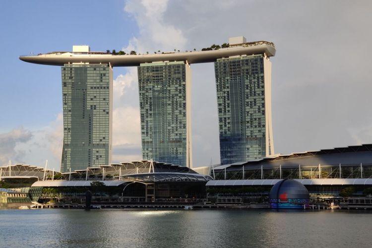 Apple Marina Bay Sands dilihat dari kejauhan.