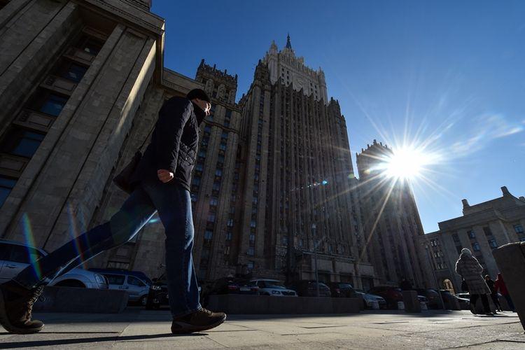 Warga melintas di depan gedung kantor Kementerian Luar Negeri Rusia di Moskwa. Pemerintah Rusia telah mengumumkan pengusiran terhadap diplomat dari 23 negara sebagai balasan atas tindakan serupa terhadap diplomatnya.