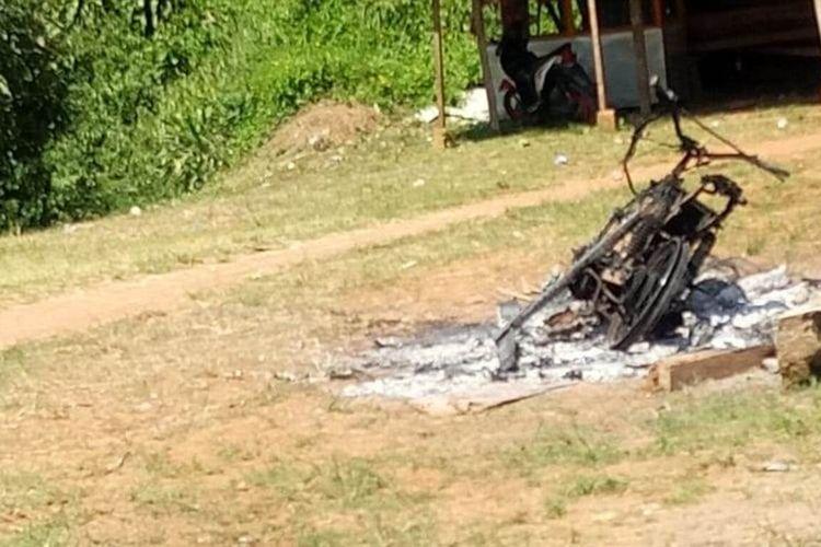 Kerangka sepeda motor yang sempat dibakar massa yang memprotes hasil tahapan seleksi pilkades di Desa Waringinsari, Kabupaten Cianjur, Jawa Barat, kemarin.