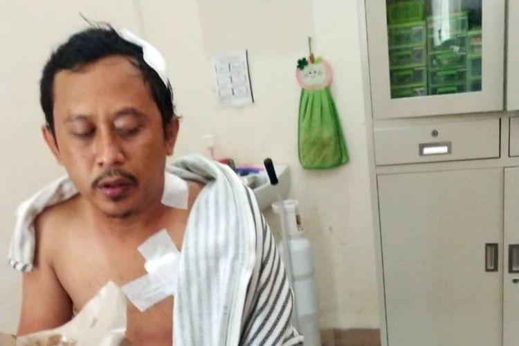Rian Adiguna (30) driver taksi online yang dibegal tiga penumpangnya saat menjalani perawatan di rumah sakit,Jum at (18/9/2020).