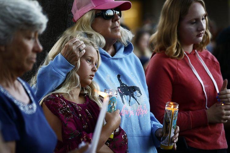 Warga menghadiri acara doa bagi korban penembakan massal Festival Bawang Putih Gilroy di California, Senin (29/7/2019).