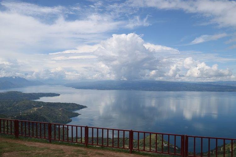 Pemandangan Danau Toba, dari Huta Ginjang di Tapanuli Utara,