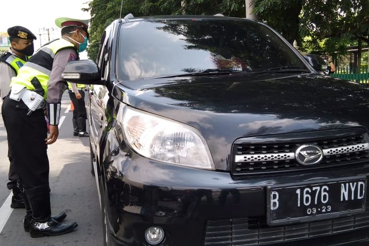 petugas melakukan pemeriksaan pengemudi mobil yang hendak mudik di wilayah perbatasan Prambanan, Klaten, Jawa Tengah.