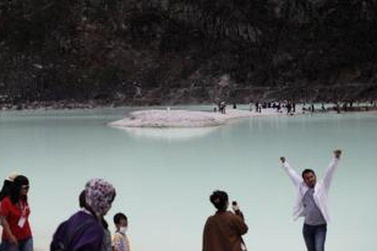 Wisatawan lokal dan mancanegara memadati lokasi wisata Kawah Putih di Ciwidey, Kabupaten Bandung, Jawa Barat, Minggu (26/2/2012). Bandung Selatan memiliki potensi wisata yang besar, namun tidak didukung dengan infrastruktur yang memadai, termasuk lokasi Kawah Putih tersebut.