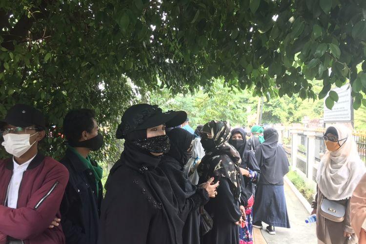 Sejumlah simpatisan Rizieq Shihab mulai berdatangan ke Pengadilan Negeri Jakarta Timur (PN Jaktim) pada Selasa (16/3/2021) pagi.