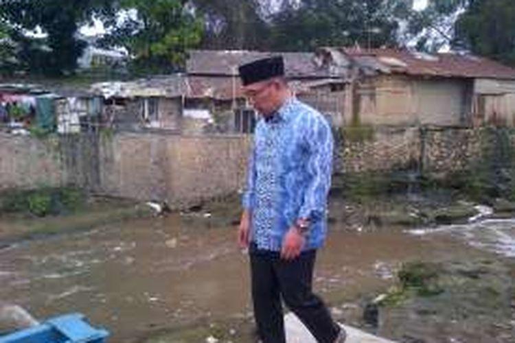 Wali Kota Bandung Ridwan Kamil saat meninjau kondisi Sungai Cikapundung di Kecamatan Regol, Kota Bandung, Jum'at (9/9/2016). KOMPAS.com/DENDI RAMDHANI