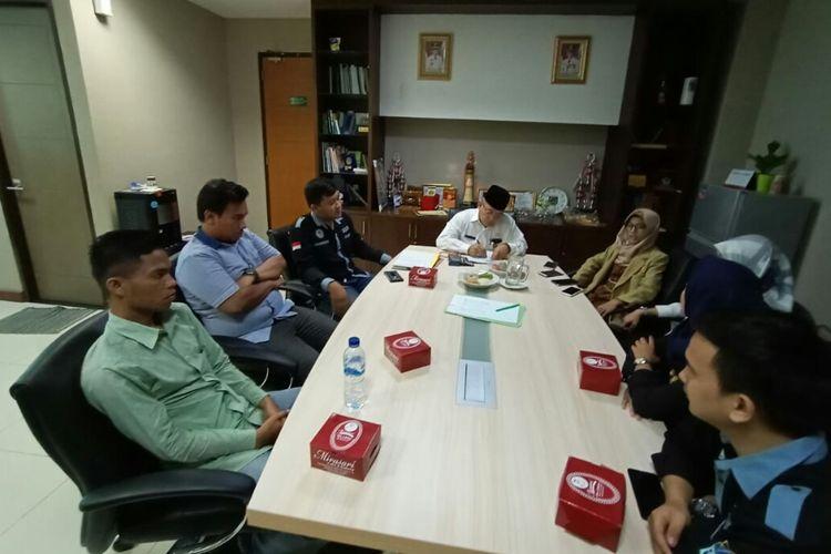 Perhimpunan Mahasiswa Hukum Indonesia (Permahi) Tangerang dan Dewan Eksekutif Mahasiswa (Dema) Universitas Islam Negeri (UIN) Syarif Hidayatullah Jakarta melayangkan somasi ke Pemerintah Kota Tangerang Selatan, Jumat (18/10/2019). Somasi tersebut dilakukan terkait pelanggaran jam operasional truk yang tertera dalam Peraturan Walikota (Perwal) Nomor 3 Tahun 2012 tentang Pengaturan Waktu Operasi Kendaraan Angkutan Barang di Wilayah Kota Tangsel.