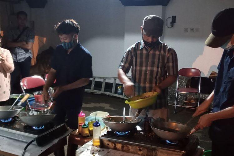 Pedagang nasi goreng Bu Siti ABC memasak untuk para tamu di Rumah Dinas Wali Kota Salatiga.