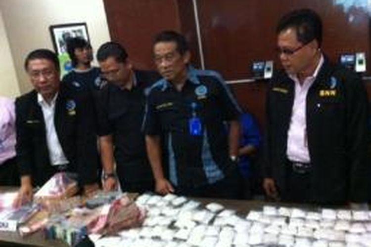 Badan Narkotika Nasional (BNN) menunjukkan barang bukti berupa paket-paket narkoba dengan total berat 6 kilogram dan sejumlah uang dari tiga orang yang diringkus di Pinrang, Sulawesi Selatan, Kamis (25/9/2014).