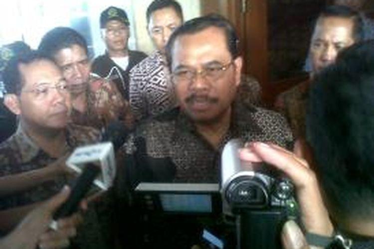 Jaksa Agung HM Prasetyo berbicara kepada wartawan sebelum ia memasuki kantornya di Kejaksaan Agung, Jakarta, Jumat (21/11/2014) pagi.