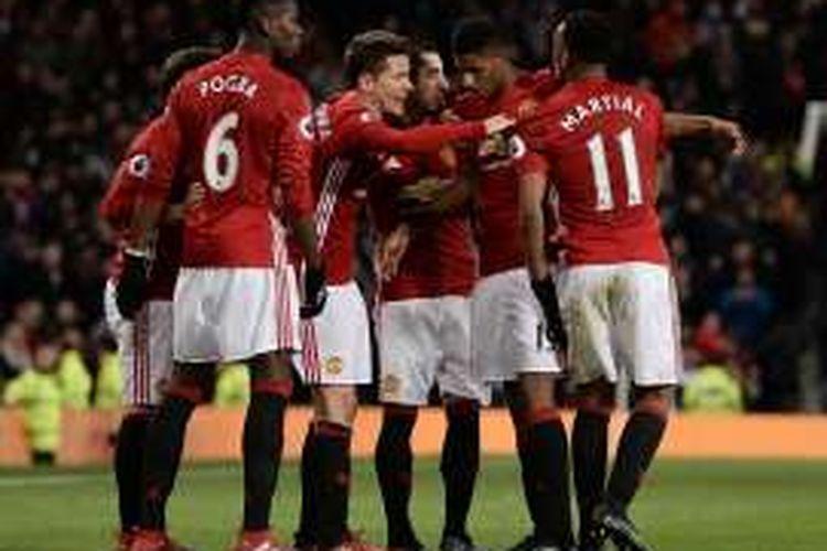 Para pemain Manchester United merayakan gol ke gawang Middlesbrough dalam lanjutan Premier League, di Stadion Old Trafford, Sabtu (31/12/2016) waktu setempat.