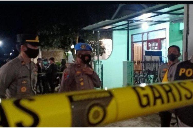 Polisi berjaga di depan rumah yang digeledah polisi di Cangkuang, Kabupaten Bandung, Rabu (31/3/2021) malam. Rumah tersebut diduga terkait dengan jaringan terorisme. Dua pria diamankan dalam penggeledahan tersebut.