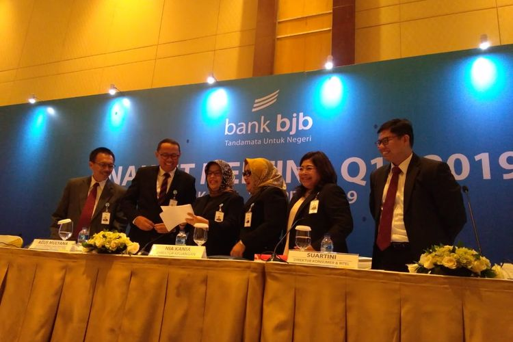 Plt Direktur Utama Agus Mulyana bersama jajaran direksi Bank BJB dalam Analys Meeting Q1/2019, Jumat (26/4/2019).