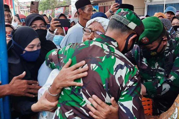Ibu Praka Dedy Irawan menangis sambil memeluk Danrem 031/Wira Bima Brigjen TNI Muhammad Syech Ismed, saat menyambut kedatangan jenazah anaknya di rumah duka di Jalan Unggas, Kecamatan Bukitraya, Kota Pekanbaru, Riau, Selasa (2/3/2021). Praka Dedy Irawan seorang prajurit TNI yang tewas dalam baku tembak dengan kelompok teroris MIT di Poso, Sulawesi Tenggara.