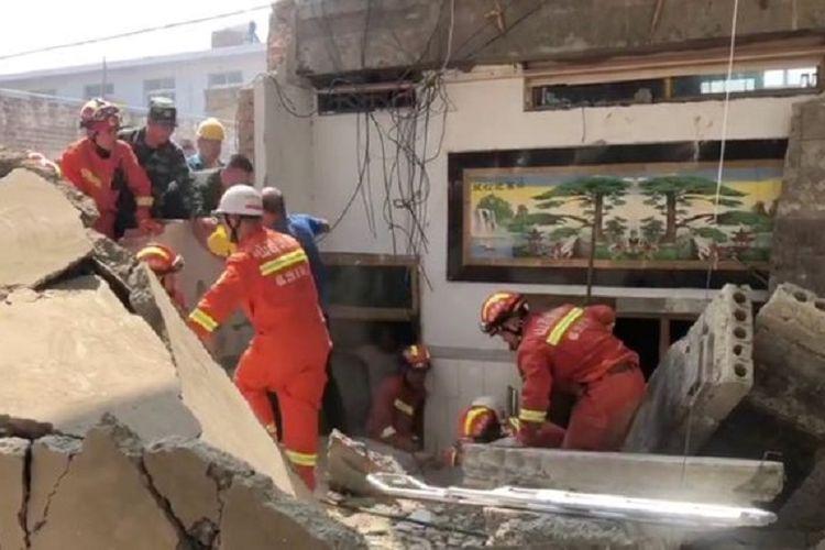 Petugas penyelamat tengah mencari korban di antara puing-puing restoran yang roboh di Linfen, China, pada 29 Agustus 2020. Sebanyak 17 orang tewas dalam insiden tersebut.