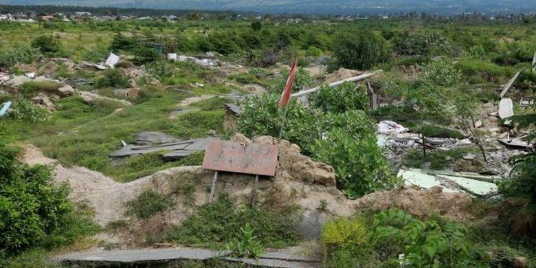 Salah satu wilayah tanah amblas di Petobo kini ditumbuhi semak dan ilalang, sembilan bulan setelah gempa mengguncang.
