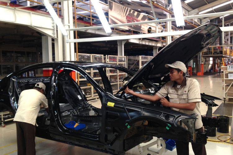 Perakitan BMW Seri 5 di BMW Production Network, PT Gaya Motor, Sunter, Jakarta Utara.