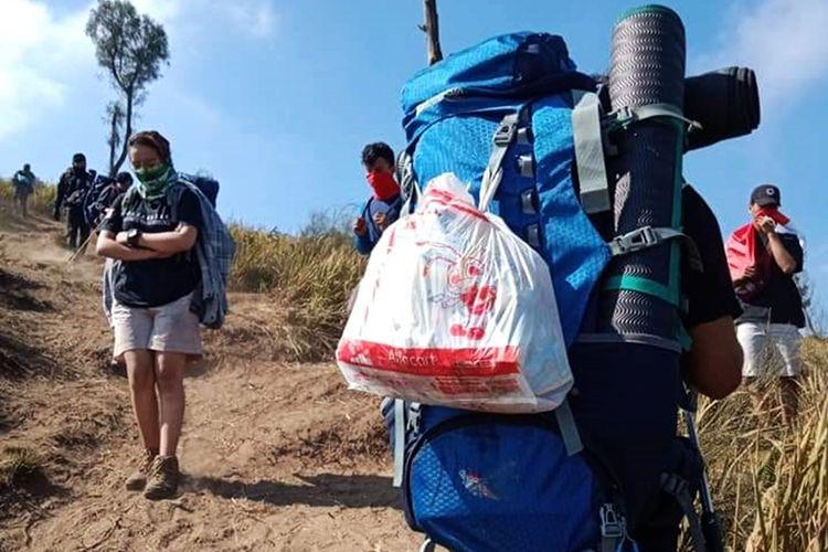 Masih banyak pendaki Gunung Lawu yang belum peduli dengan kebersihan lingkungan, PWM Magetan angkut 12 karung sampah dari Bukit Mongrang.