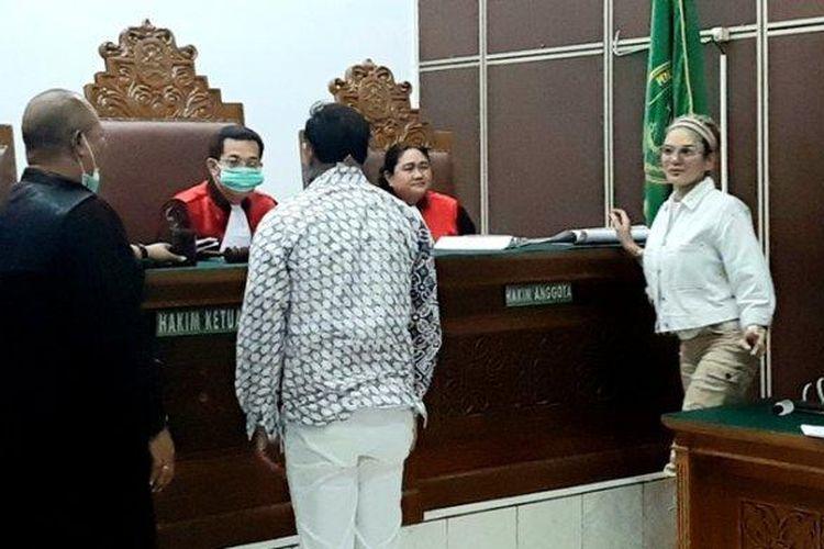 Nikita Mirzani saat bertemu Dipo Latief dalam sidang dugaan penganiayaan, di Pengadilan Negeri Jakarta Selatan, Senin (30/3/2020). Nikita Mirzani menjadi terdakwa dugaan penganiayaan terhadap mantan suaminya, Dipo Latief.