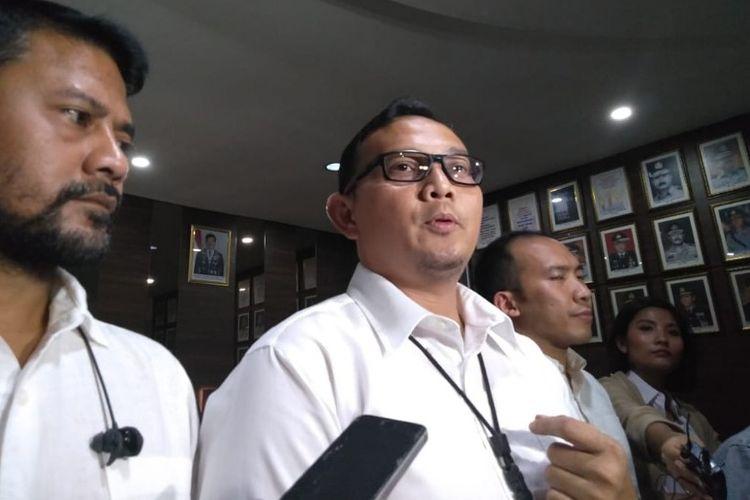 (Tengah) Kasat Narkoba Polres Metro Jakarta Barat AKBP Erick Frendriz saat mengungkap hasil pemeriksaan presenter sekaligus desainer Ivan Gunawan sebagai saksi keterlibatan asistennya AJA dengan narkoba pada Kamis (17/1/2019)