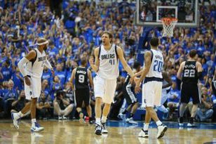 Pemain Dallas Mavericks, Dirk Nowitzki (tengah), bereaksi saat bertanding melawan San Antonio Spurs pada laga keenam babak play-off Wilayah Barat di American Airlines Center, Jumat (2/5/2014). Mavericks menang 111-113.