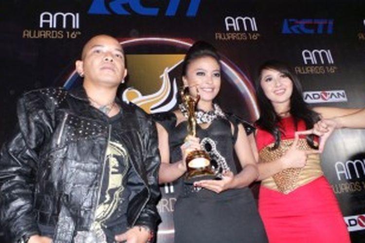 Grup rock KotaK menerima piala AMI Awards 2013 di Studio 8 RCTI, Kebon Jeruk, Jakarta Barat, Selasa (2/7/2013).