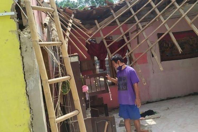 Nur Hadi memperlihatkan seluruh bagian rumah neneknya yang mendadak ambruk di Jalan Sasak, Kalimulya, Cilodong, Depok, Senin (27/4/2020).