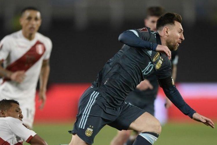 Penyerang Argentina Lionel Messi kala beraksi menghadapi Peru dalam laga Kualifikasi Piala Dunia 2022 di Estadio Monumental, 14 Oktober 2021.