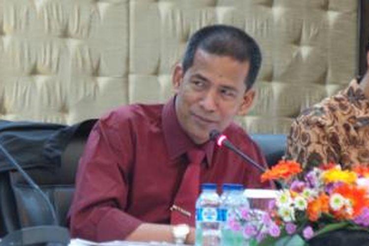 Ketua Pansel Calon Hakim MK Saldi Isra, saat tes wawancara tahap I para calon hakim MK, di Gedung Setneg, Jakarta, Selasa (23/12/2014).