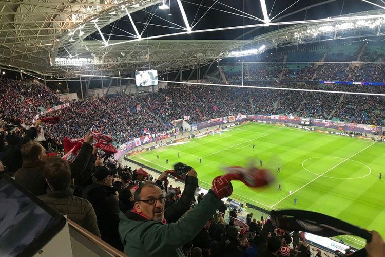 Keriuhan penonton pada pertandingan RB Leipzig vs TSG 1899 Hoffenheim di Red Bull Arena, 25 Februari 2019.