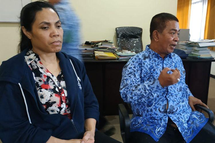 Sumartini (jaket biru) setelah sampai di Lombok, NTB dan dibawa ke ruang Kadisnaker NTB, Kamis (25/4/2019).