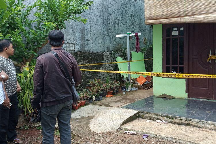 Pihak Kepolisian Polsek Cibinong memasang garis pengaman di rumah korban yang ditemukan di dalam sumur belakang rumah korban Lingkungan 2 Citatah Dalam, Kelurahan Ciriung RT05/04, Kecamatan Cibinong, Kabupaten Bogor, Jawa Barat pada Selasa (3/11/2020).