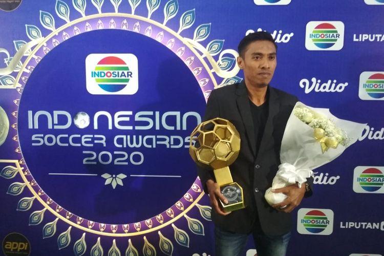 Kapten Bali United, Faddil Sausu, dengan trofi pemain terbaik Indonesian Soccer Awards 2019, Jumat (10/1/2020).