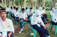 Cerita di Balik Puluhan Siswa MTs Laksanakan Ujian Online di Pinggir Pantai