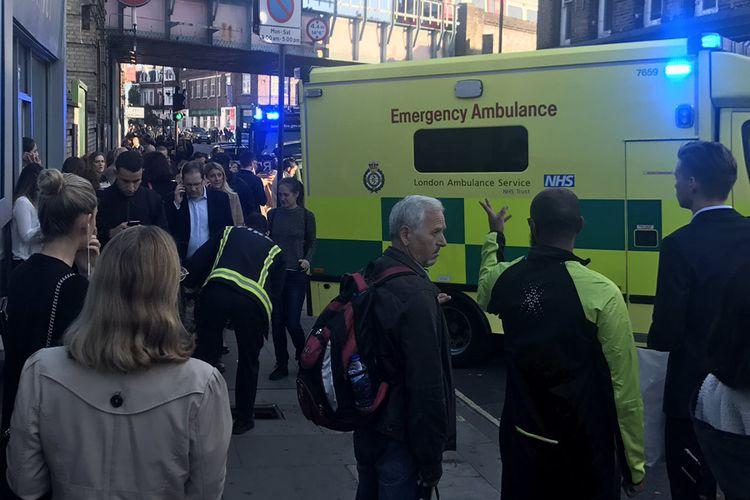 Setidaknya 18 orang dilarikan ke rumah sakit menyusul ledakan yang terjadi di stasiun bawah tanah Parsons Green di London barat, Inggris, Jumat pagi (15/9/2017).