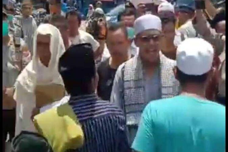 warga marah-marah saat hendak shalat Jumat di Masjid Luar Batang, Penjaringan, Jakarta Utara