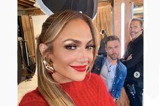 Langka, Jennifer Lopez Unggah Foto dengan Lipstik Merah