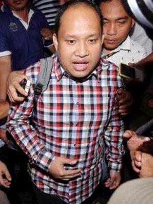 Bupati Banyuasin Yan Anton Ferdian (tengah) digiring petugas kepolisian saat keluar dari gedung Subarkah Direktorat Kriminal Khusus Polda Sumsel, Palembang, Sumatera Selatan, Minggu (4/9). Yan Anton ditangkap KPK setelah diduga menerima suap terkait ijon proyek.