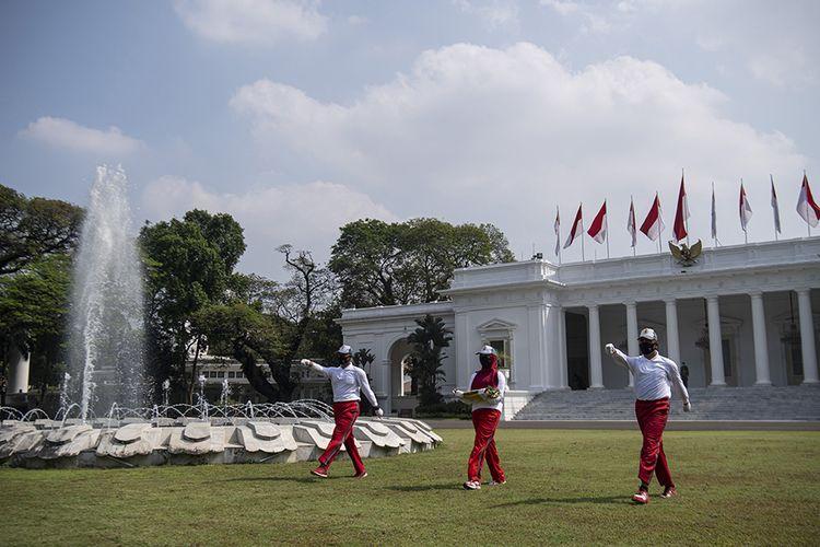 Petugas memperagakan simulasi pengibaran bendera untuk Peringatan HUT ke-75 Kemerdekaan RI di Istana Merdeka, Jakarta, Minggu (12/7/2020). Simulasi pengibaran bendera dengan menerapkan protokol kesehatan tersebut sebagai sosialisasi dan panduan bagi daerah dalam melaksanakan upacara kemerdekaan di tengah pandemi.