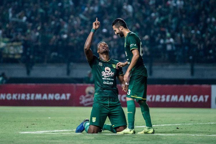 Penyerang Persebaya Amido Balde merayakan gol yang dicetaknya ke gawang Persib Bandung bersama gelandang Manuchehr Jalilov di Stadion Gelora Bung Tomo, Jumat (7/5/2019) malam WIB. Persebaya memimpin dua gol tanpa balas berkat aksi Amido Balde.