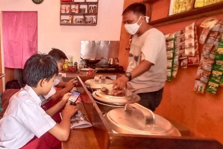 Sejumlah siswa Sekolah Dasar mengikuti pembelajaran daring di Warung Kopi kawasan Pondok Aren Tangerang Selatan.