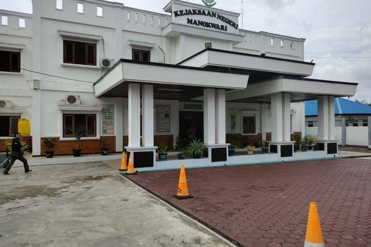 Kantor Kejaksaan Negeri Manokwari di jalan Pahlawan Sanggeng Manokwari Barat.
