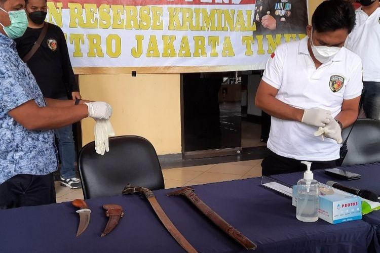Mobil milik Alamsyah Hanafiah, pengacara Rizieq Shihab, di sekitar Pengadilan Negeri (PN) Jakarta Timur kedapatan membawa senjata tajam pada Jumat (26/3/2021).