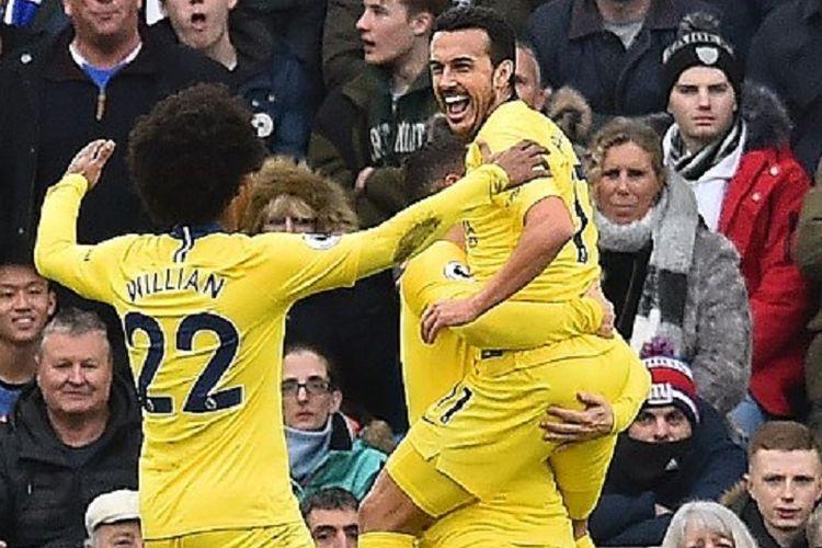 Pedro Rodriguez merayakan golnya bersama Willian dan Eden Hazard pada laga Brighton & Hove Albion vs Chelsea di Stadion American Express Community, 16 Desember 2018.