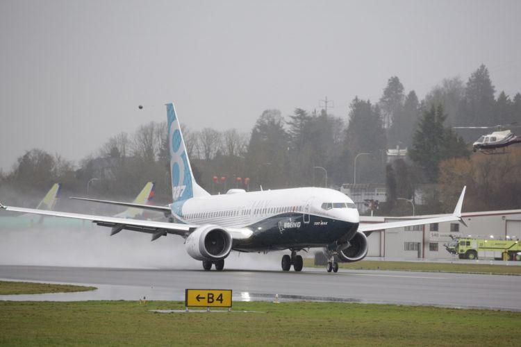 Pesawat generasi terbaru Boeing 737 MAX 8 saat terbang untuk pertama kalinya di Renton, Washington, Amerika Serikat, 29 Januari 2016. Pesawat ini merupakan seri terbaru serta populer dengan fitur mesin hemat bahan bakar dan desain sayap yang diperbaharui.