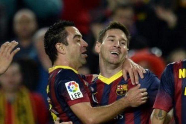 Striker Barcelona, Lionel Messi (tengah), bersama Xavi Hernandez (kiri) dan Neymar (kanan), merayakan gol ke gawang Almeria pada laga La Liga di Stadion Camp Nou, Barcelona, Sabtu (2/3/2014).