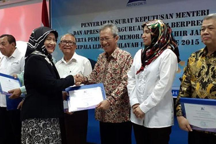 UMN meraih empat penghargaan dari Dirjen Kelembagaan Kemenristekdikti yang diserahkan Kepala LLDIKTI Wilayah III DKI Jakarta Illah Sailah kepada Wakil Rektor II UMN Andrey Andoko di Jakarta pada Senin (2/9/2019).
