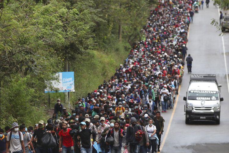 Para migran Honduras yang berharap untuk mencapai perbatasan AS berjalan di sepanjang jalan raya di Chiquimula, Guatemala, Sabtu, 16 Januari 2021.